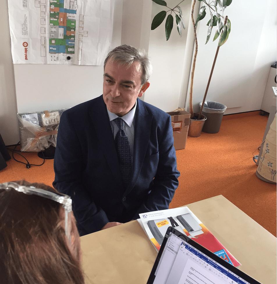 Chefredakteur Eberhard Herrmann beim Interview über die Klima-Kälte-Branche und ihre Besonderheiten